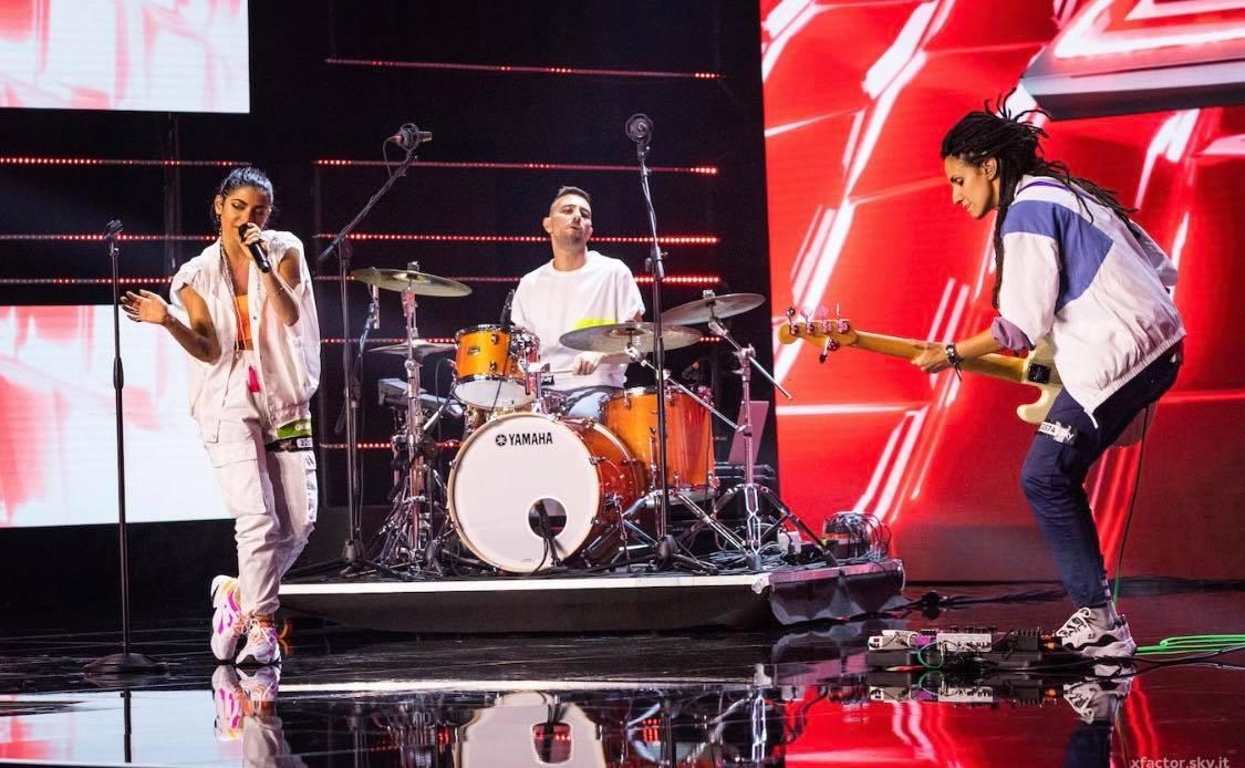 Musica, X Factor 13. Booda, energia e talento elevati al cubo. Il trio di Samuel è una bomba ad orologeria pronta ad esplodere sul palco