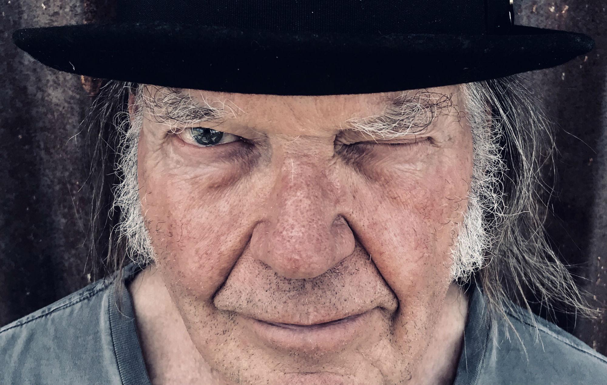 """Musica Internazionale, Nuove Uscite. Neil Young: dopo l'ultima fatica """"Colorado"""", il rocker canadese annuncia l'uscita di un album inedito nel 2020"""