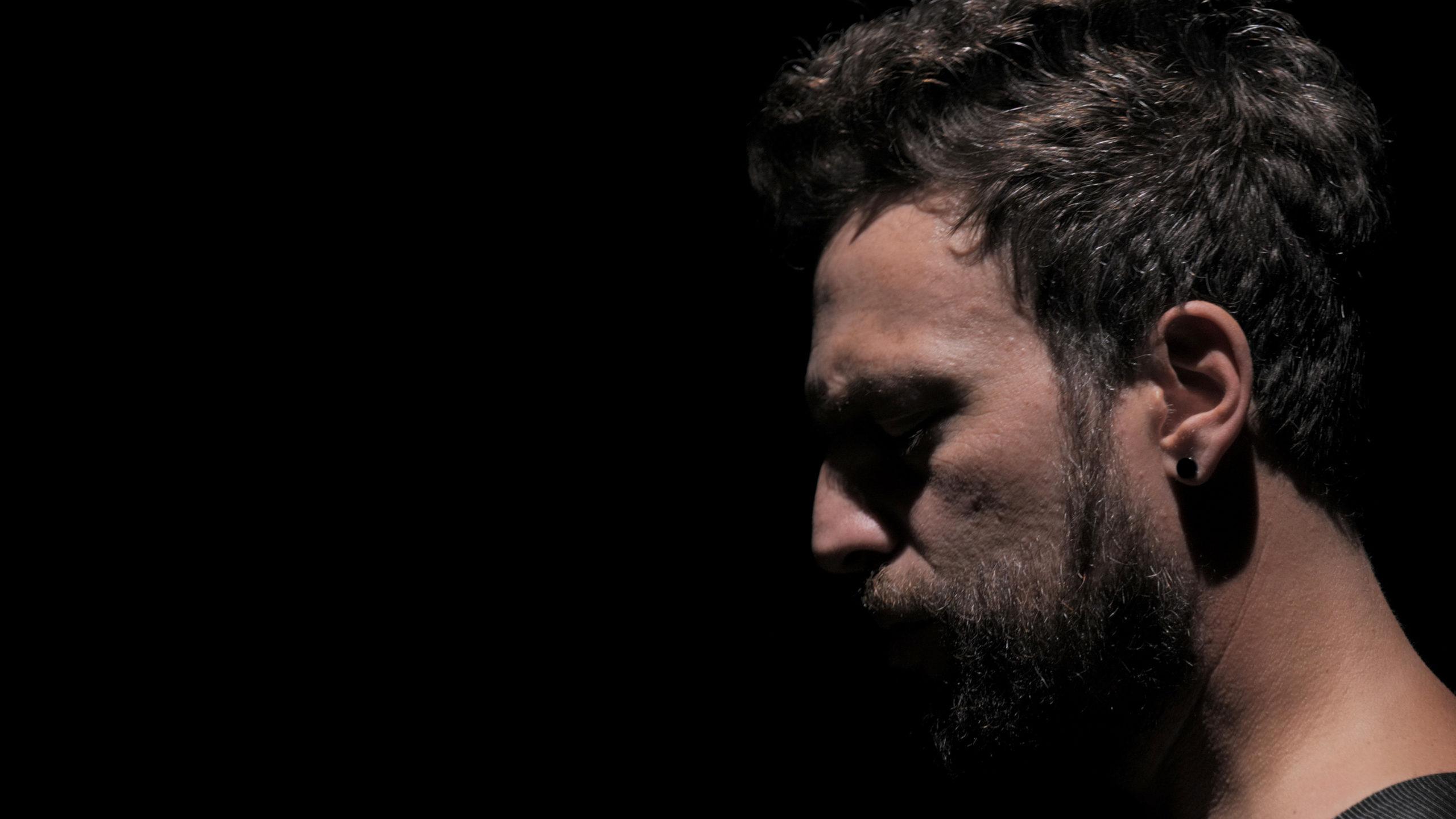 """Musica Italiana, Nuove Uscite. Scuro: svolta solista per l'ex leader dei Moods e dei Logo. """"Niente di così importante"""" è il primo singolo. VIDEO e TESTO"""