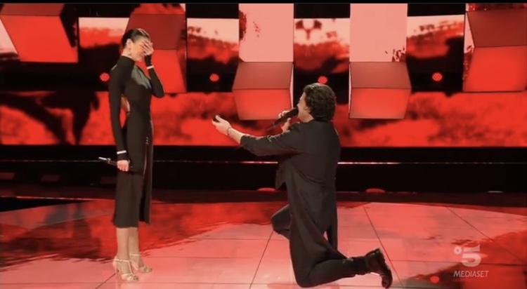 Tv, Canale5. Vittorio Grigolo chiede in sposa la sua fidanzata ad All Together Now VIDEO
