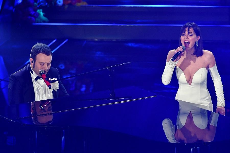 """VIDEO Raphael Gualazzi Sanremo 2020: """"E se domani"""" con Simona Molinari"""