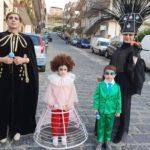 Musica, Tv. Achille Lauro diventa maschera di Carnevale. Una famiglia intera si traveste da lui