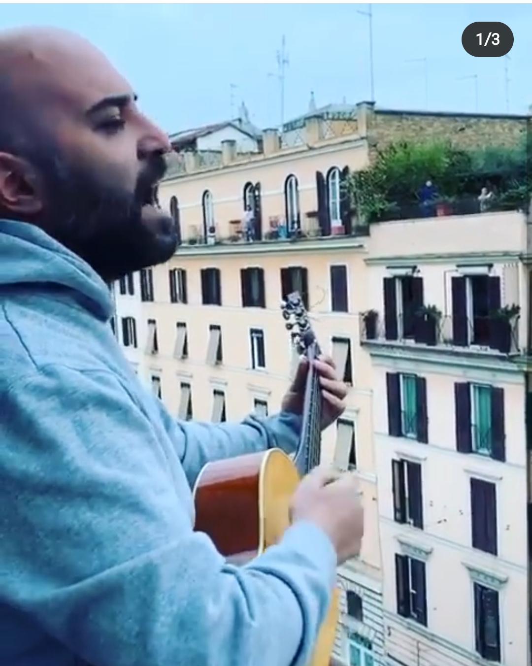 Coronavirus, Giuliano Sangiorgi esce sul balcone a cantare una canzone e guardate cosa succede (video)