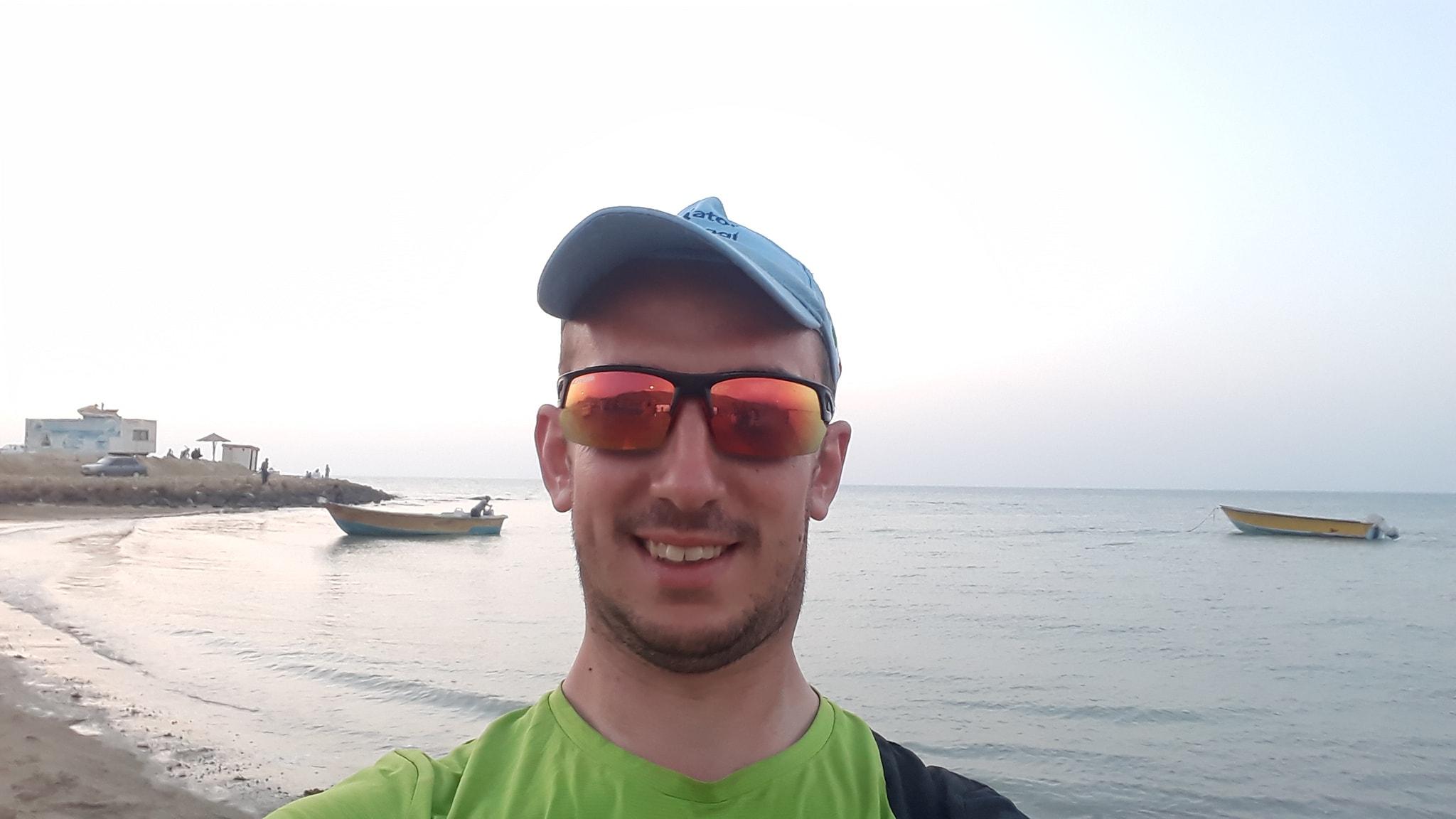 Coronavirus, intervista al documentarista bloccato in Tunisia senza possibilità di rientro. Passa il tempo raccontando su youtube la sua giornata (VIDEO)
