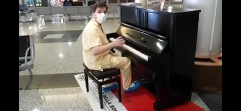 """Medico al pianoforte suona """"Don't stop me now"""" nell'ospedale di Varese ed è subito grande emozione (VIDEO)"""