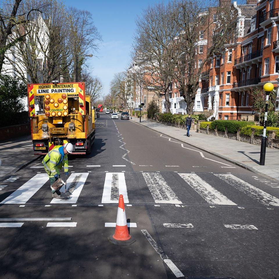The Beatles, il Comune di Londra ridipinge le strisce pedonali di Abbey Road