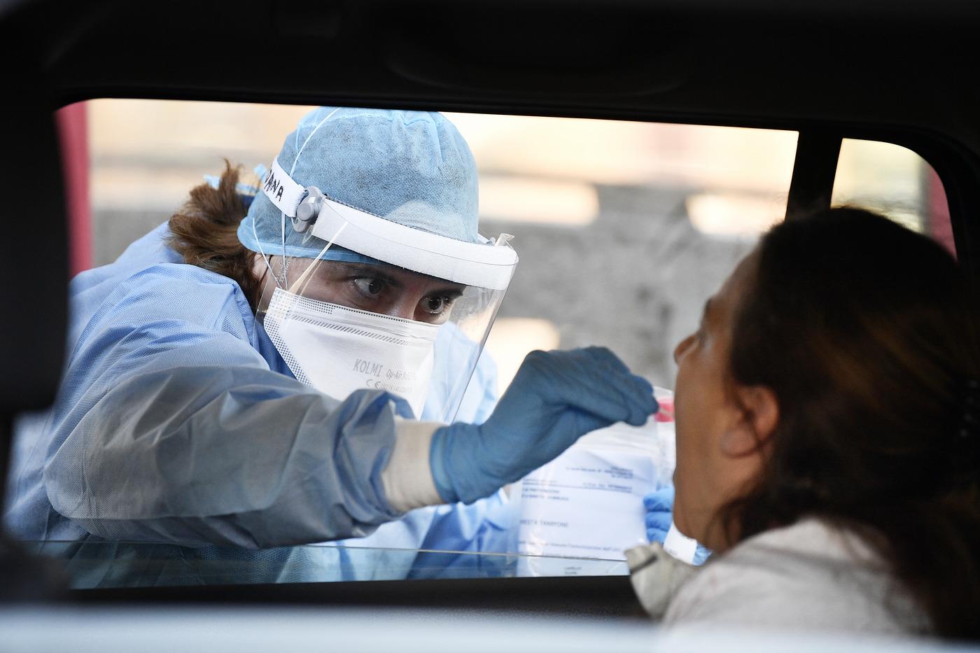 Coronavirus, cos'è il tampone? Ecco come funziona, quanto costa e chi deve farlo