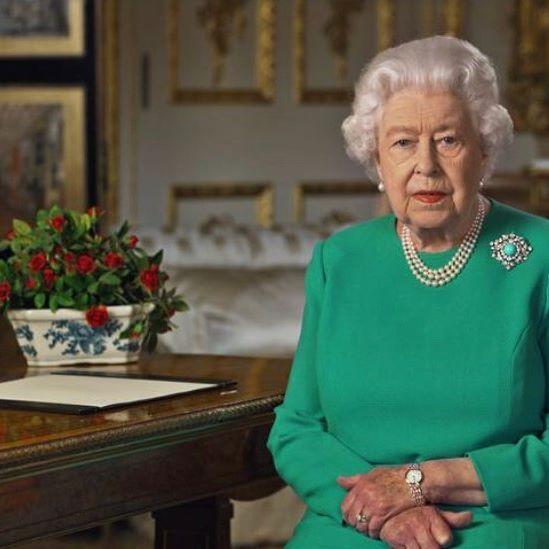 """Vaccino, la regina Elisabetta in campo contro il Covid: """"Questo virus è come la peste"""""""