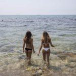 Coronavirus, è sicuro fare il bagno al mare e in piscina? Ecco le risposte