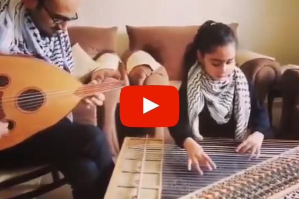 """""""Bella Ciao"""": Reema, bambina palestinese, suona il celebre canto popolare per incoraggiare l'Italia (VIDEO)"""
