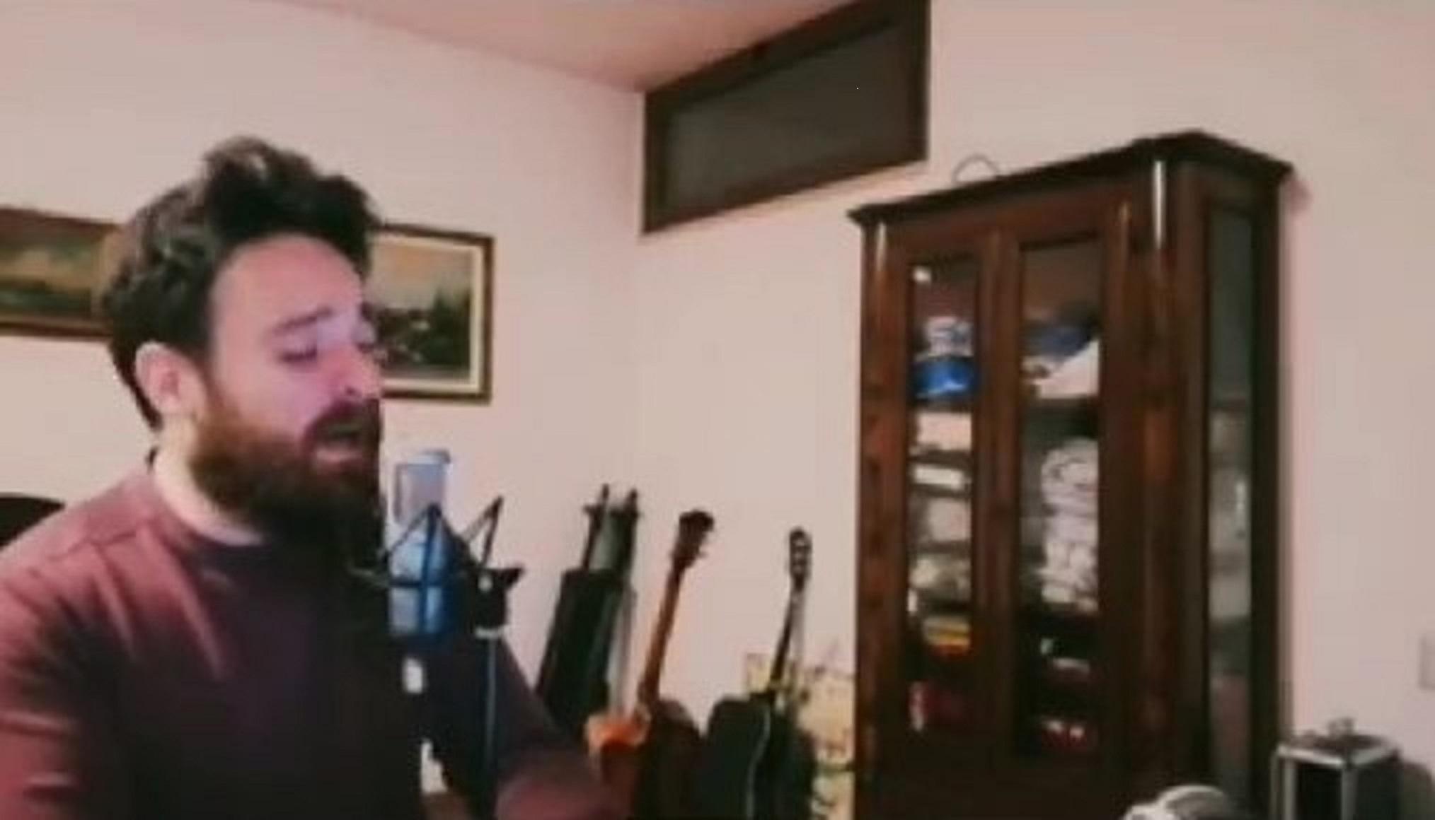 """L'abbraccio dei LaRenda contro la paura. Riviviamo la performance a """"L'Italia in una stanza"""" – VIDEO"""