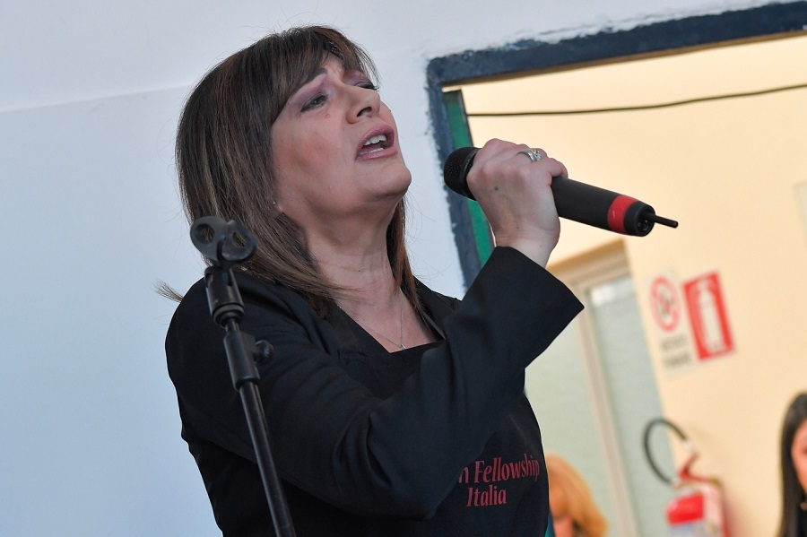 """Mariella Nava lancia il singolo """"Povero Dio"""", nato durante il lockdown – VIDEO E TESTO"""