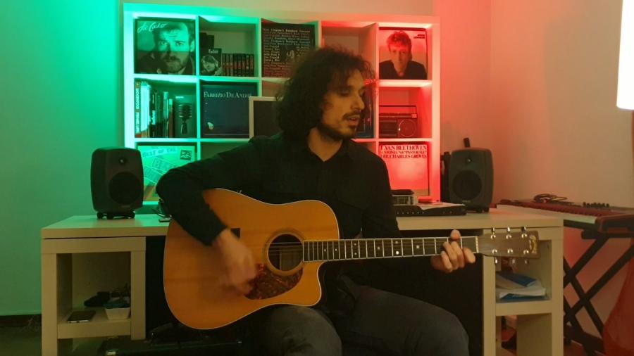 """Il rock introspettivo di Natan Rondelli. Riviviamo la performance a """"L'Italia in una stanza"""" – VIDEO"""