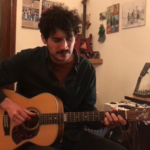 """Screenshot di Osvaldo Greco dei Malamore durante la performance a """"L'Italia in una stanza""""."""