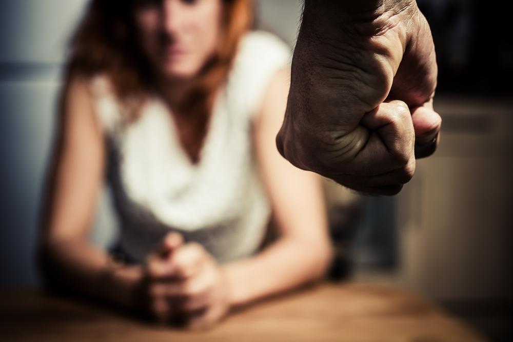 Accoltella la moglie al petto, uccidendola: brutale femminicidio proprio nel giorno della Giornata contro la violenza sulle donne