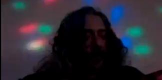 """Screenshot di Alessio Bonomi durante la performance a """"L'Italia in una stanza"""""""