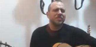 """Screenshot di Andrea Dessì durante la performance a """"L'Italia in una stanza"""""""