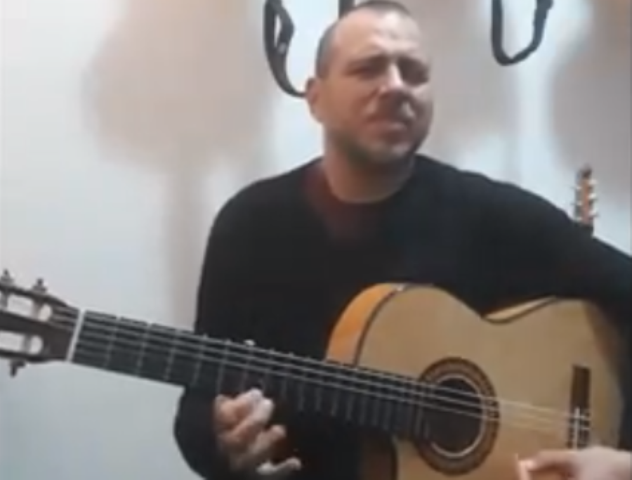 """Andrea Dessì e l'improvvisazione gitana che ammalia. Riviviamo la performance a """"L'Italia in una stanza"""" – VIDEO"""