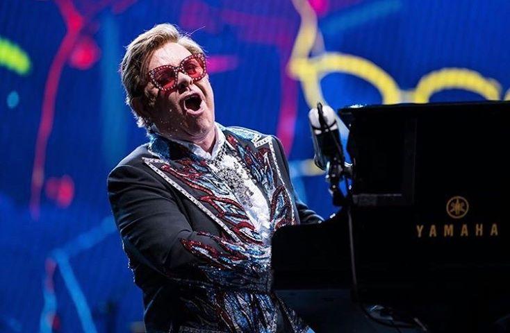 """Elton John contro il Vaticano che si rifiuta di benedire le coppie omosessuali: """"Ipocriti"""""""