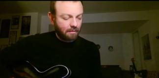 """Screenshot di Francesco Forni durante la performance a """"L'Italia in una stanza"""""""
