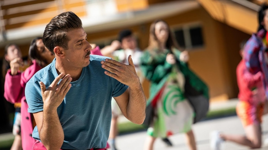 """Screenshot dal video de """"Il sudore ci appiccica"""" di Francesco Gabbani"""