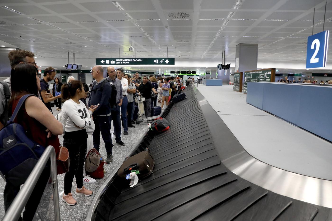 Stop ai bagagli a mano in aereo, ma non solo: le nuove disposizioni per chi viaggia