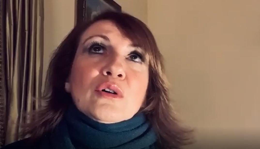 """Elisabetta Guido canta """"Non è mai un errore"""" contro la violenza sulle donne e l'omofobia. Riviviamo la performance a """"L'Italia in una stanza"""" – VIDEO"""