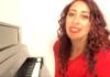 """Veronica Perseo, la cantautrice pianista. Riviviamo la performance a """"L'Italia in una stanza"""" – VIDEO"""