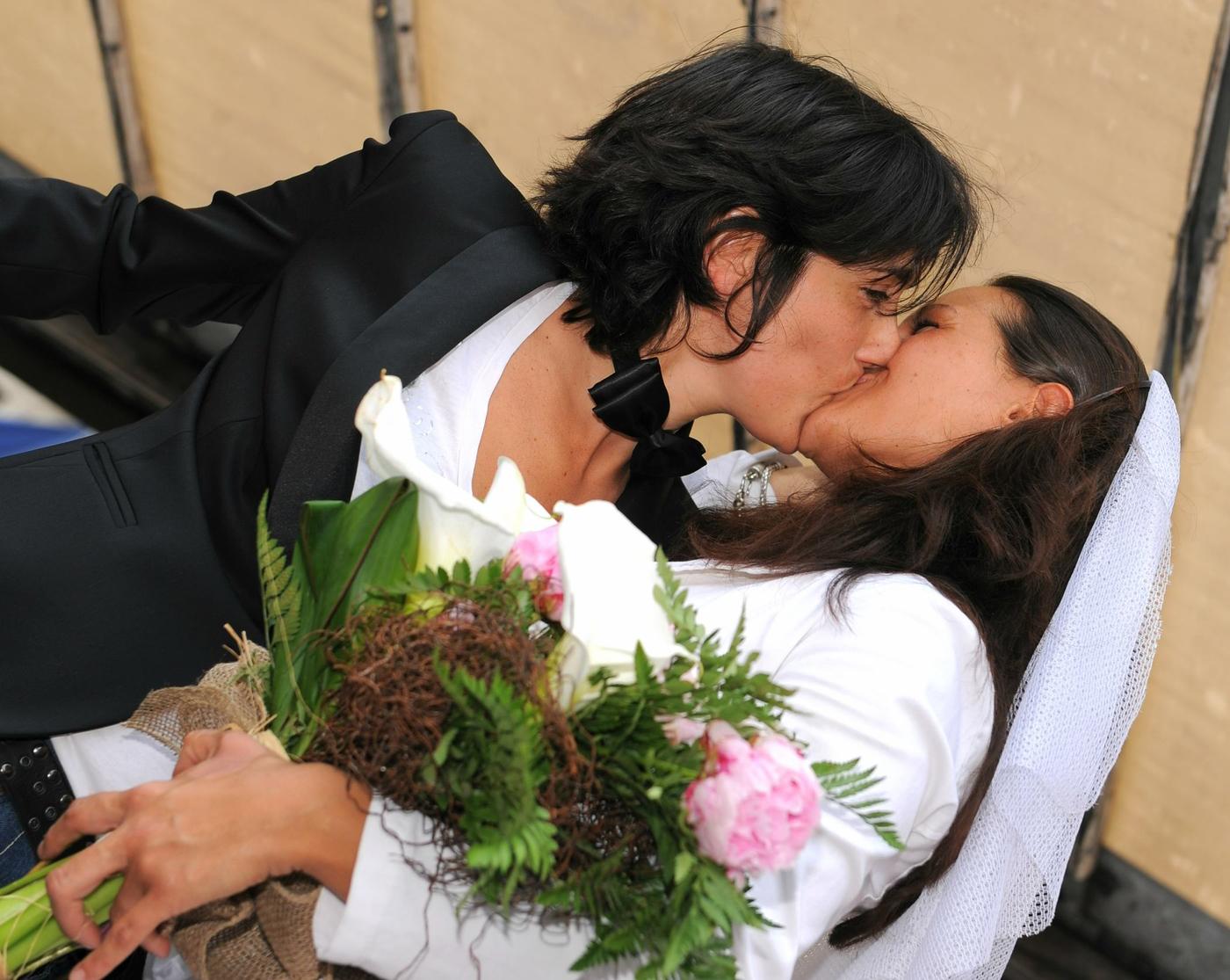 Parroco sposa due donne, l'amore vince!