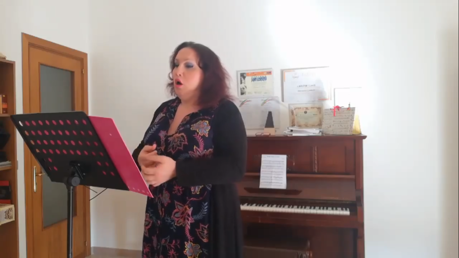 """La romanza di Emily De Salve, prima cantante lirica transgender, a """"L'Italia in una stanza"""" – VIDEO"""