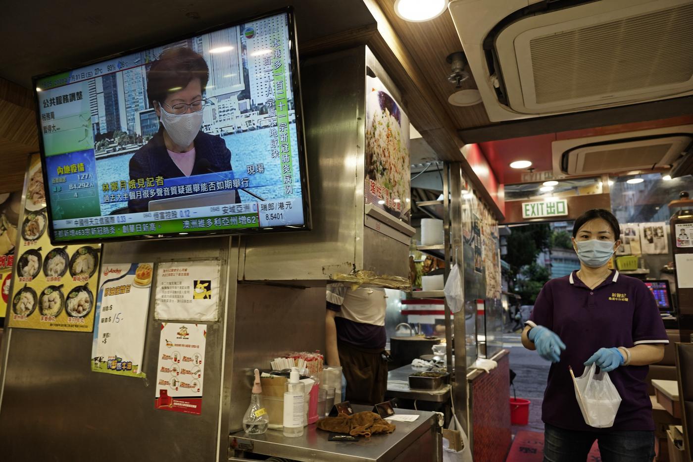 Hong Kong rinvia le elezioni, esclude l'opposizione e vuole arrestare gli attivisti