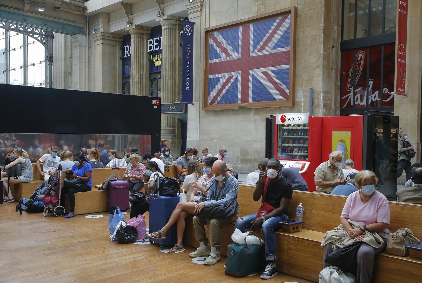 Isolamento per chi rientra dalla Francia, assalto a treni e aerei dopo la decisione di Londra