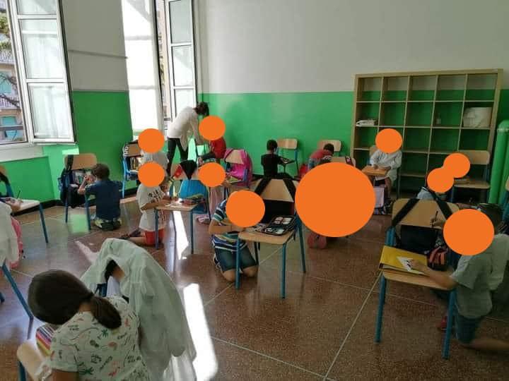 """Genova, bambini a scuola senza banchi. Toti pubblica la foto: """"Inaccettabile"""""""