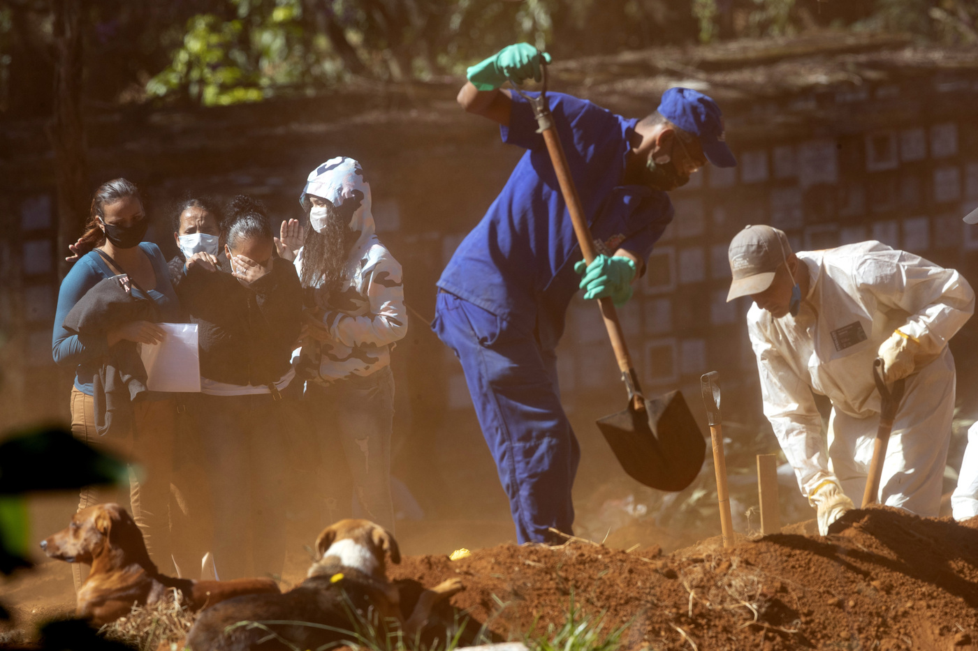 Coronavirus, negazionisti anti mascherine costretti a scavare fosse per le vittime del virus in Indonesia