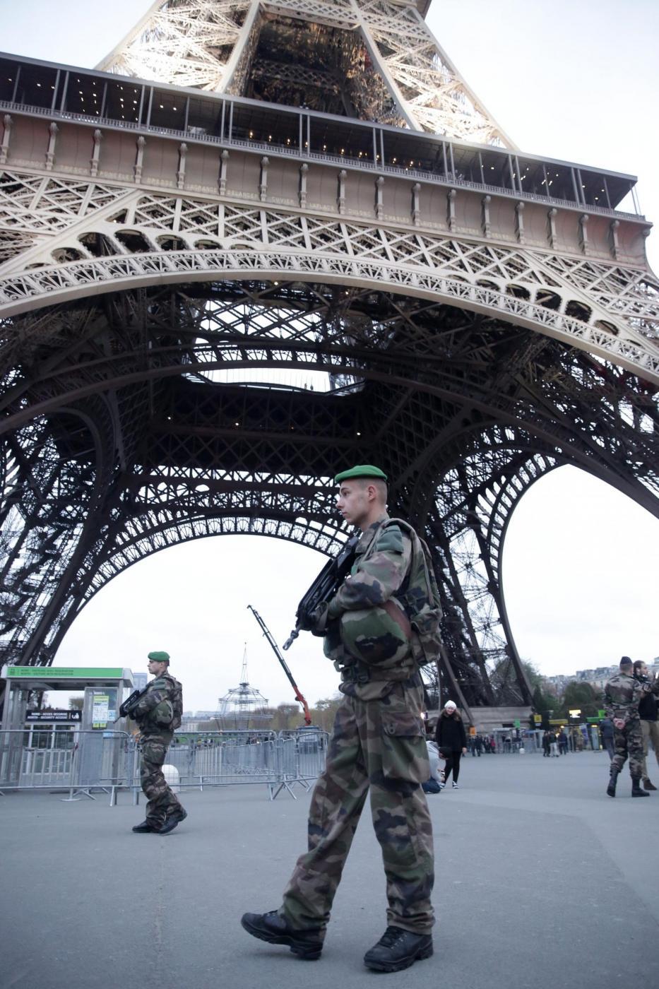Allarme bomba, a Parigi Tour Eiffel evacuata