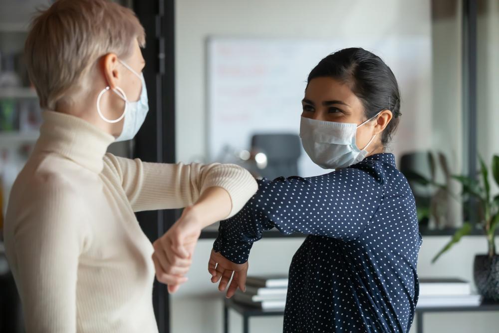 """Coronavirus, 307mila casi nelle ultime 24 ore: mai così tanti. OMS ci ripensa: """"No al saluto col gomito"""""""