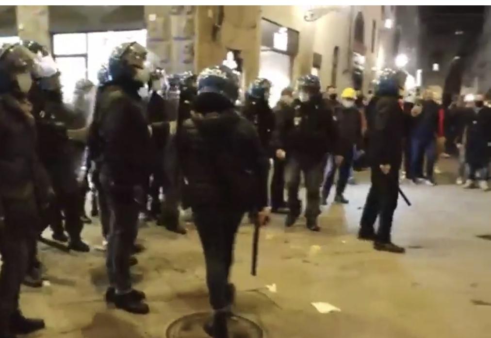 VIDEO Cortei a Firenze contro il Dpcm. Scontri e cariche della Polizia