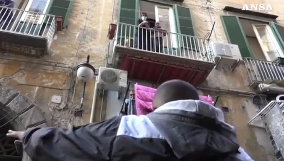 Didattica ai balconi, l'alternativa alla didattica a distanza (VIDEO)