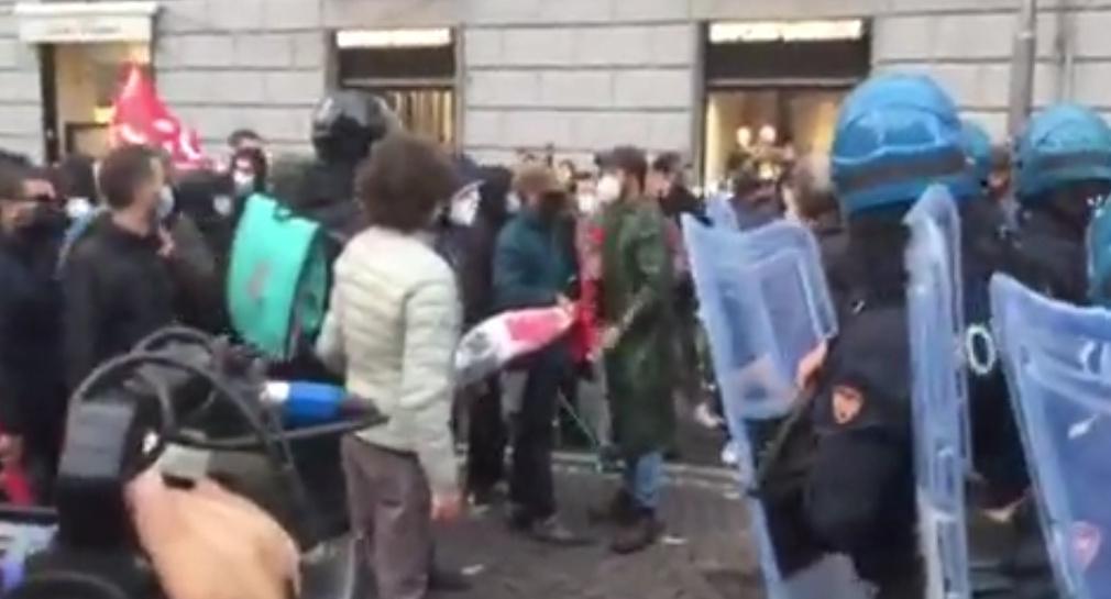 Napoli, di nuovo in piazza contro i provvedimenti del Governo