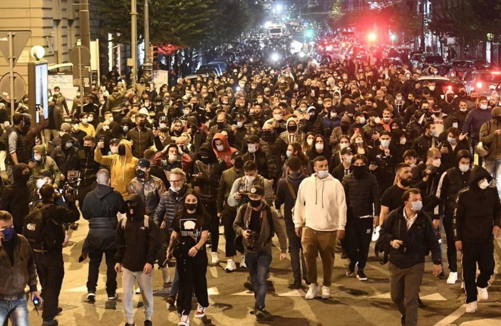 Coronavirus, a Napoli proteste contro le restrizioni. Bombe carta verso le forze dell'ordine