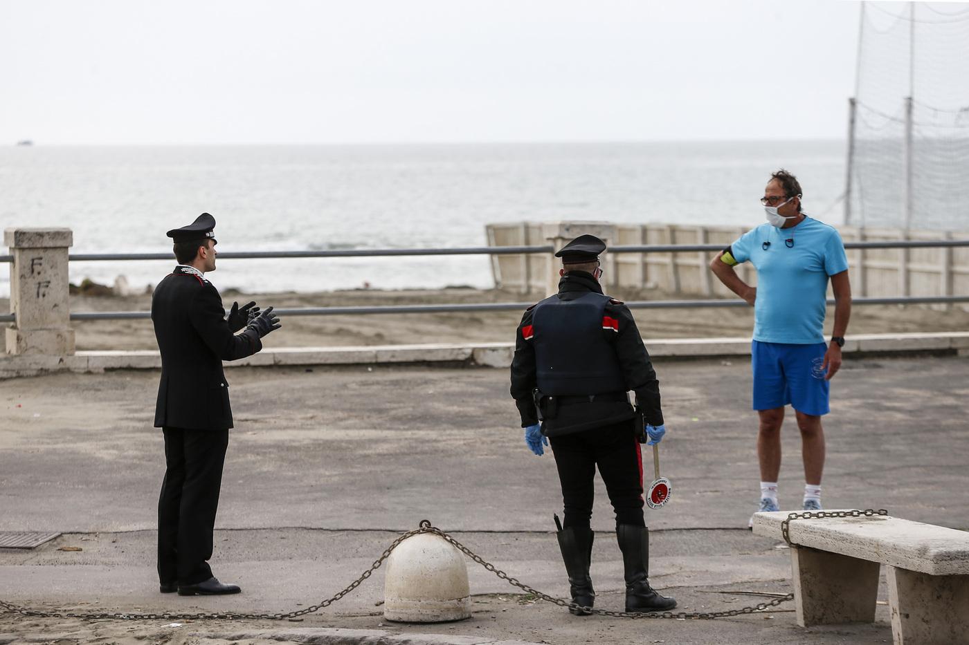 Allarme contagi, adesso un sindaco minaccia di chiudere parchi pubblici e spiagge