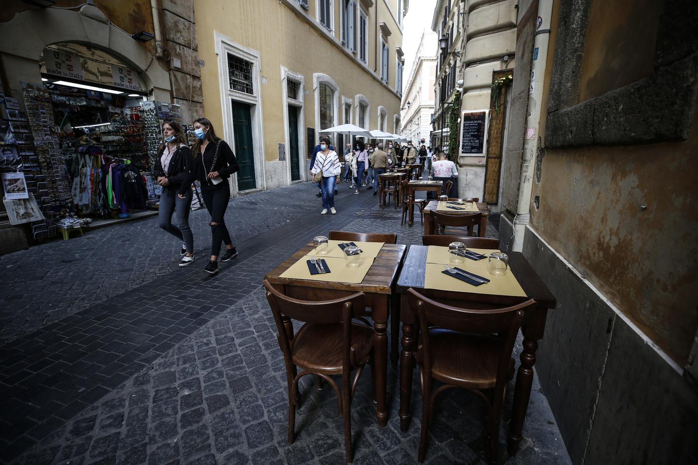 Nuovo Dpcm: al vaglio coprifuoco in tutta Italia alle 21, bar e ristoranti chiusi anche a pranzo e Dad anche in seconda media. Slitta a domani la firma del decreto
