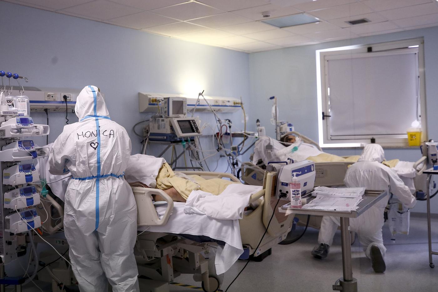 """Covid, l'Italia sfonda il muro del milione di casi, oltre tremila i pazienti in terapia intensiva. L'allarme dei medici: """"Ospedali al collasso"""""""