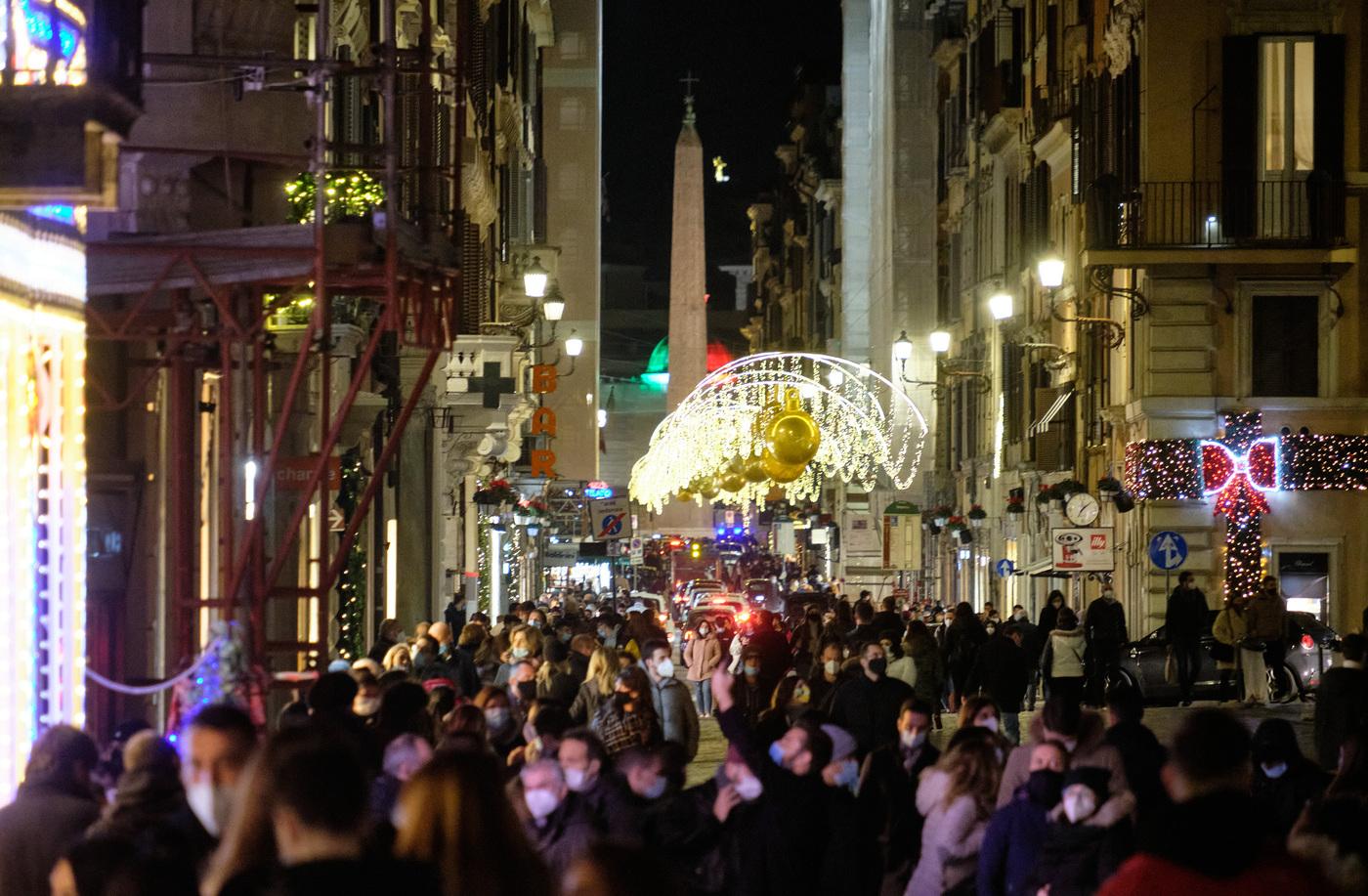 Città invase di persone per lo shopping di Natale, il governo adesso pensa ad un nuovo lockdown totale