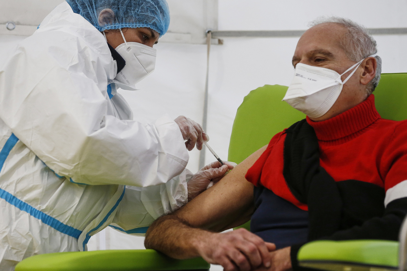 Svolta vaccini, accordo firmato: i medici di famiglia somministreranno il vaccino