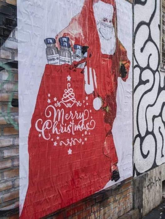 Sui Navigli a Milano spunta un murales con Babbo Natale che porta il vaccino contro il Coronavirus