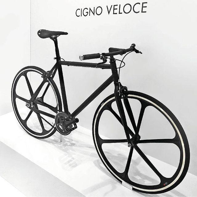 Cigno Veloce, la signora a due ruote che veste Total Black