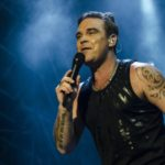"""Robbie Williams lancia """"Can't Stop Christmas"""" ed arricchisce """"The Christmas Present"""""""