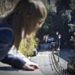 Orrore a Cosenza, la nonna accompagnava le nipotine dall'anziano che le violentava: entrambi in manette. Una delle sorelline ha tentato anche il suicidio