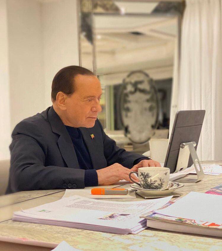 Vaccino Covid. Berlusconi pronto a vaccinarsi in tv. No per la Regina Elisabetta ed il consorte Filippo